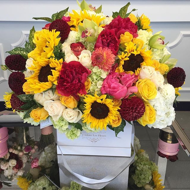 A Very Bright Sunflower Box Urbanachappa Jlf Flowers Boxedflowers Fallarrangement Sunflowers Peony Roses Flower Boxes Same Day Flower Delivery Flowers
