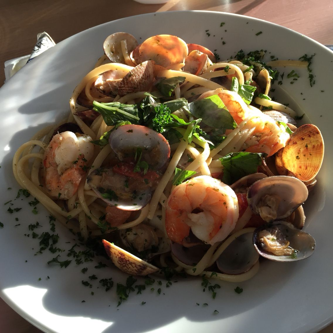 Linguini met vongole, scampi's, tomaat en basilicum