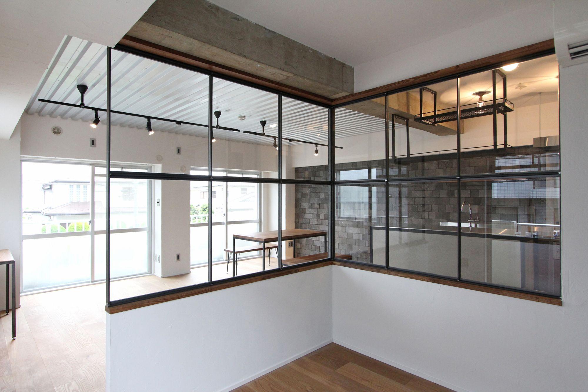スチール天井 アイアンフレーム窓 溶岩石タイル の三拍子 ホームデコレーション 室内窓 インテリアアイデア
