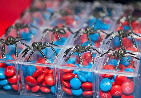 Lembrancinha homem aranha com m&m's nas cores do super herói