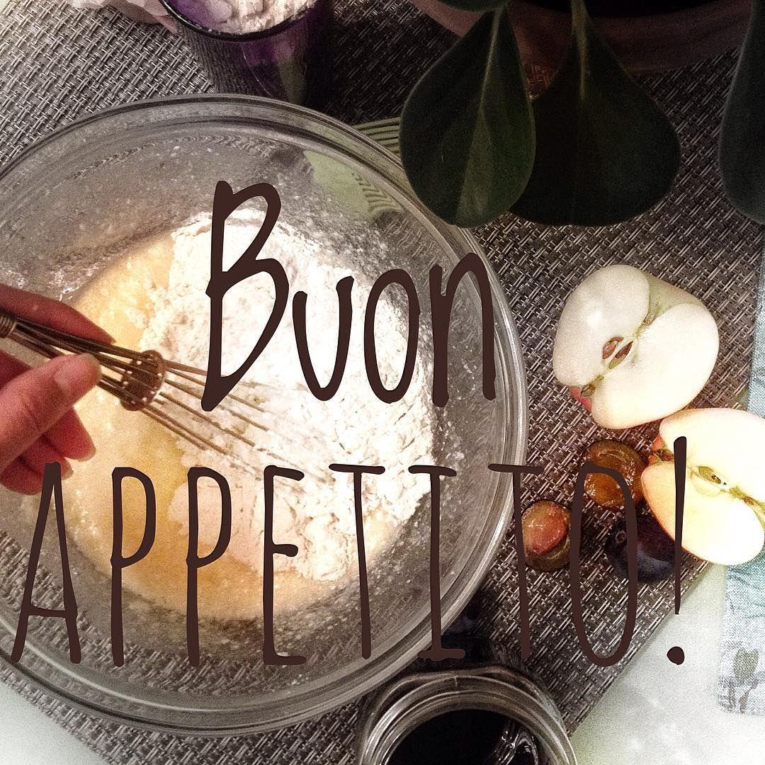 """А почему бы не испечь пирог по рецепту журнала """"Times"""" в два часа ночи. Он кстати уже готов кухня наполнилась такими фантастическими ароматами что утра не дождаться надо пробовать прямо сейчас   ____________________________________ #нижнийновгород #пирог #ночнойжор #times #pie #plum #apple #buonappetito"""