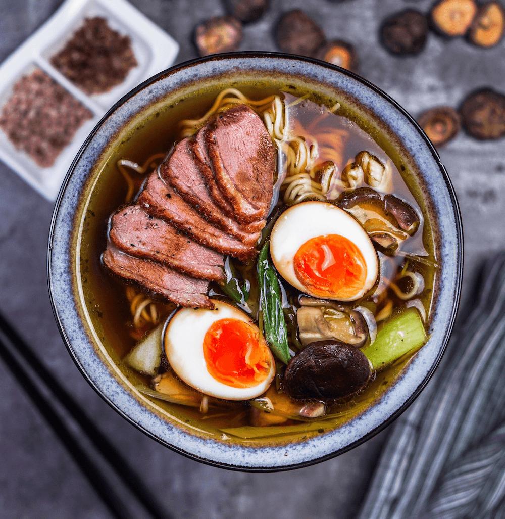 Shoyu-Ramen Suppe mit falschem Dashi und Entenbrust - Das einfache Rezept! - FeedMeDaily