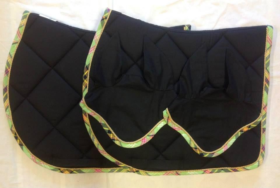 Tapis noir uni, bord à carreaux tons vert - 55 €  Bonnets assortis - 25 €