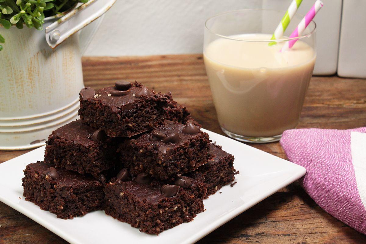 Prepara estos deliciosos brownies veganos con doble chocolate. Están hechos a base de puré de manzana, avena y AdeS® SoyMilk® Sabor Natural. Son bajos en azúcares ya que llevan jarabe de agave. Tienen una consistencia esponjosa perfecta. Son perfectos para servir como postre o para regalar. Son tan fáciles y ricos que se volverán un favorito en tu casa.