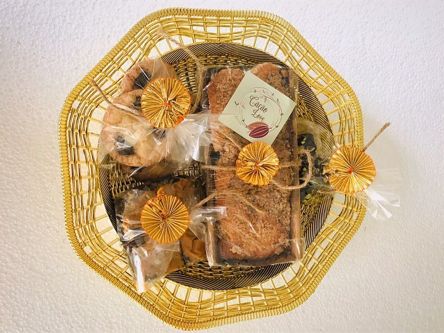 Scrumptious Diwali hamper : Rs600/- Includes: •250gm lemon & blueberry streusel loaf •4pc fudgy peanut butter chocolate brownie •4pc chocolate enrobed dates •4pc vanilla, choco chunk cookies . . @internationalcakedecorating @thekitchn @thefeedfeed  @king  @mbai