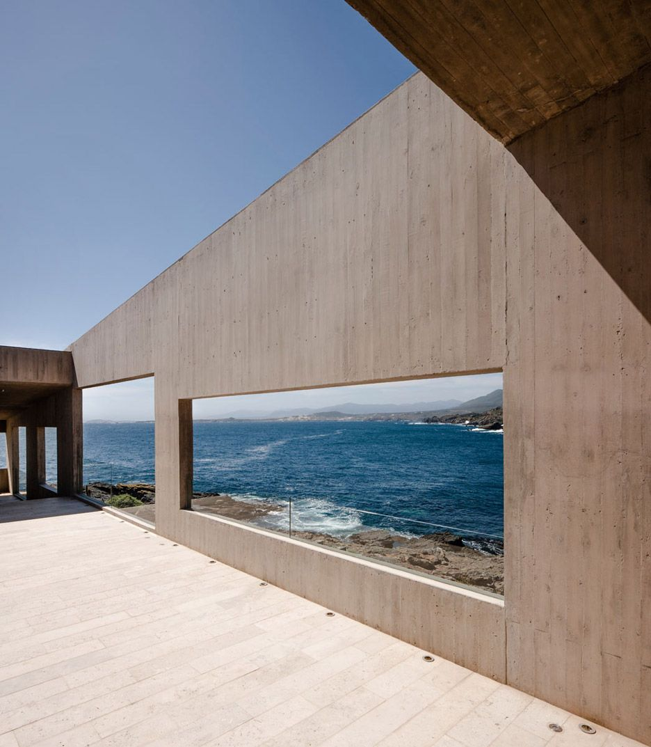 Concrete house by Felipe Assadi stretches along the rugged Chilean coastline.