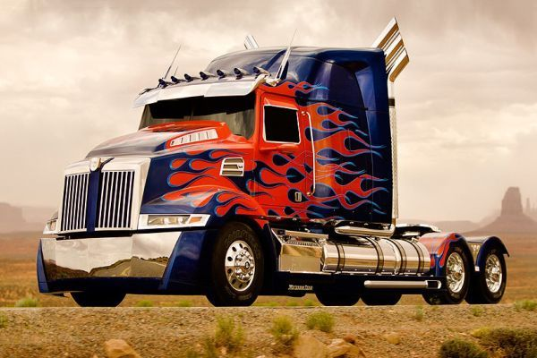 ★何を運ぶ? どこまでだって風を切って、運ぶよ。 このトラックなら、どこまででも行ける。 何か荷物はないかい?
