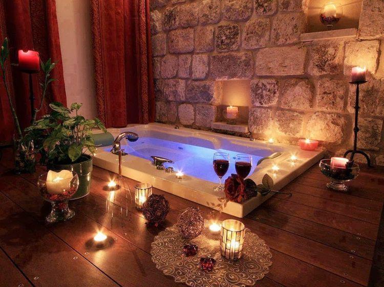 soir e romantique bain aux p tales pour la saint valentin soir e romantique petale de rose. Black Bedroom Furniture Sets. Home Design Ideas