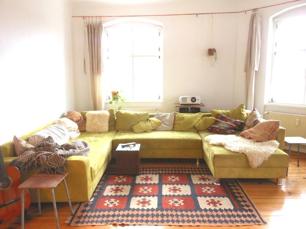 Wohnzimmer Einrichtung ~ Lichtdurchflutetes wohnzimmer mit riesigem u förmigem sofa