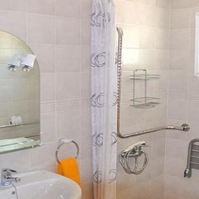 Gehbehinderten Gästen steht ein rollstuhlgerechtes Appartement zur Verfügung. Anders reisen mit http://www.renatour.de