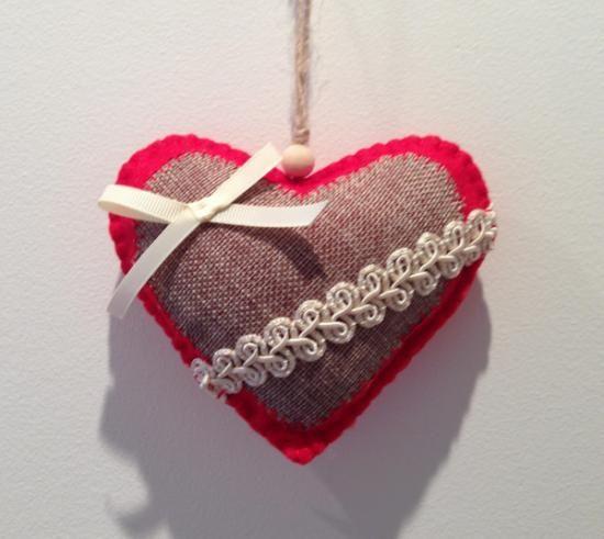 adorno para árbol de navidad corazón de fieltro, rojo decorado fieltro relleno de guata,tela arpillera,cintas lazo e hilos cosido a mano