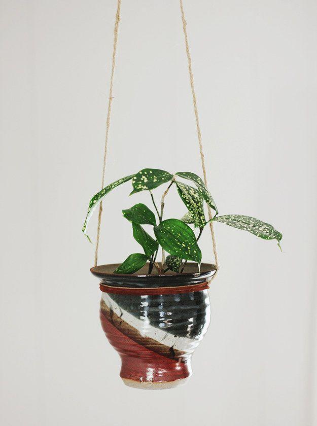 """Perfora agujeros en los lados de una vasija de cerámica para convertirla en un jardín colgante.   33  proyectos encantadores """"hágalo usted mismo"""" para decorar tu apartamento de adulto"""