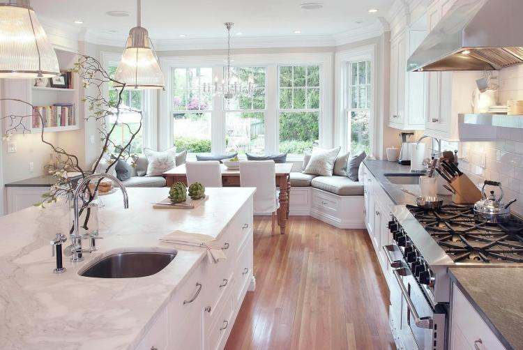großzügige helle Küche mit gemütliche Sitzecke am Fenster - einrichtungsideen sitzecke in der kuche