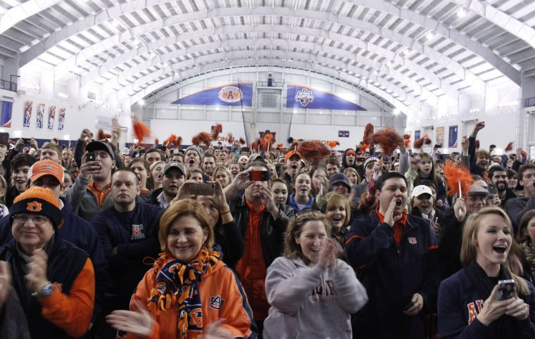 Hundreds of Auburn fans welcome team back from Pasadena after the BCS National Championship Game. 2014