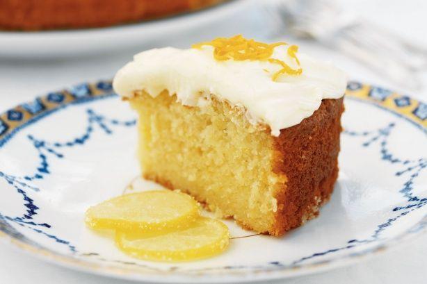 Ένα υπέροχο, αφράτο κέικ λεμονιού με γιαούρτι με γλάσο λεμονιού. Μια πολύ εύκολη στη παρασκευήτης συνταγή (από εδώ) με απλά υλικά για ένα λαχταριστό κέικ