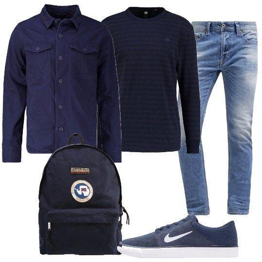 Per un look da uomo, comodo e sportivo, propongo: jeans in cotone, slim fit, maglia a maniche lunghe, a righe, giacca leggera blu, in cotone, sneakers in pelle e tessuto e zaino blu.