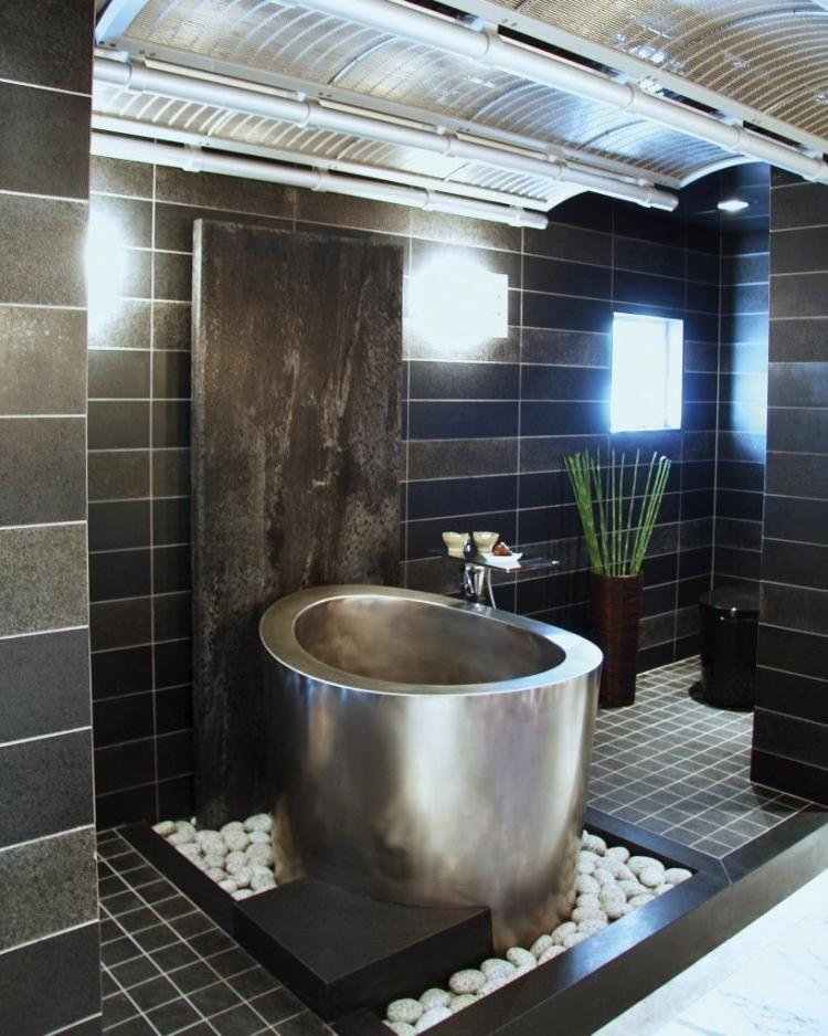 Japanische Badewanne ofuro badewanne aus metall und auf bett aus weißem kies