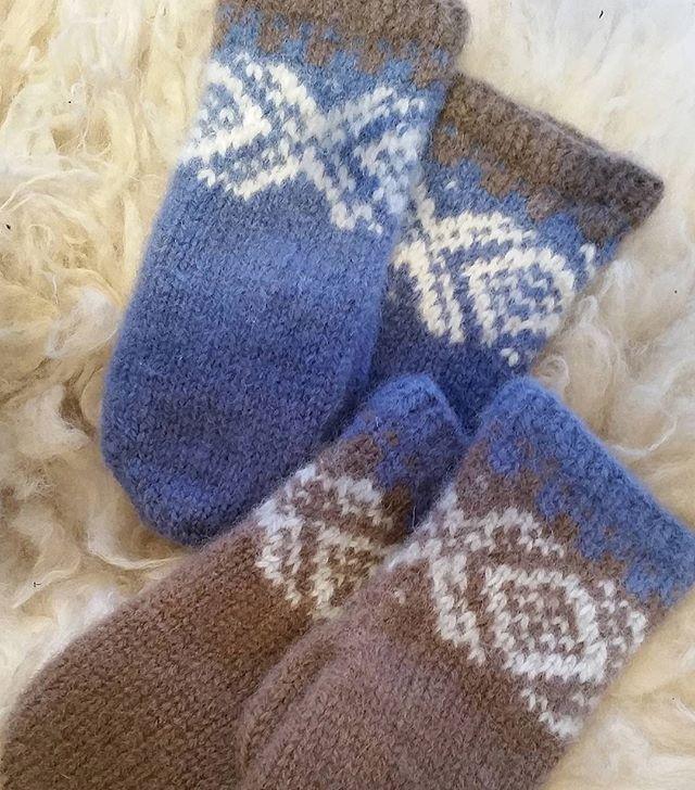 Jeg har fått dilla på disse mariusvottene, lette å strikke og morsomt å sette sammen forskjellige farger 💙 #mariusvotter #mariusstrikk #strikkeglede #strikking #knitting #votter #mittens #sandnesgarn #fritidsgarn