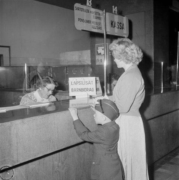 Heinäkuussa 1957 valtion kassakriisin vuoksi maksamatta jääneitä lapsilisiä alettiin suorittaa ensin yli viisilapsisille perheille ja myöhem...