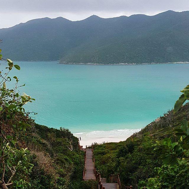 Por aqui está tudo azul, sem pecado e sem juízo. ⠀ Prainhas • Pontal do Atalaia ⠀ Arraial do Cabo / RJ ⠀ ⠀ #janelaparaomundo #arraialdocabo #riodejaneiro ⠀ ⠀