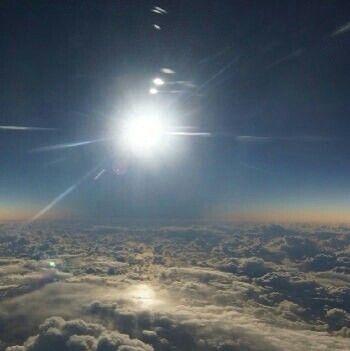 Video: Así de Increible se ve un Eclipse Total de Sol desde un Avión de Alaska Airlines http://ht.ly/ZjMkf