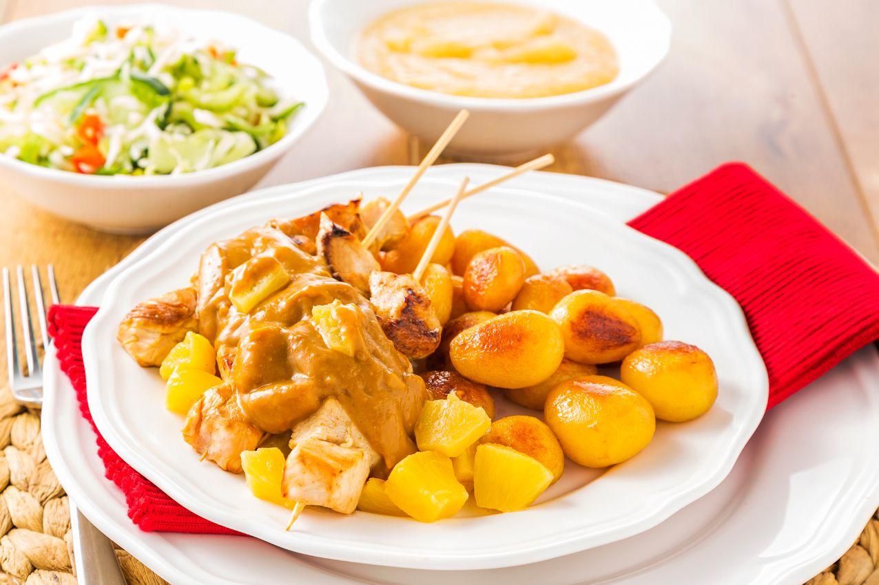 Kipsate met ananas. Bekijk het heerlijke Zo gecheft recept op: http://www.plus.nl/recepten/kipsate-met-ananas/
