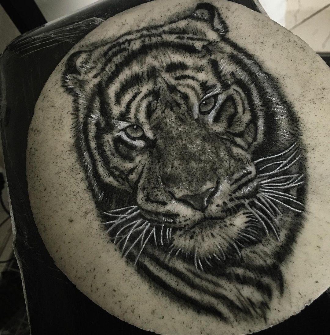 """𝐑𝐚𝐧𝐢𝐞𝐫𝐞 𝐒𝐚𝐧𝐭𝐚𝐧𝐚 on Instagram: """"estudo de tigre que fiz ontem na pele artificial #nopigpeleartificial aquela evolução de 1% ao dia 🙏🏽✍🏽 . . . #realismotattoo #tigre…"""""""