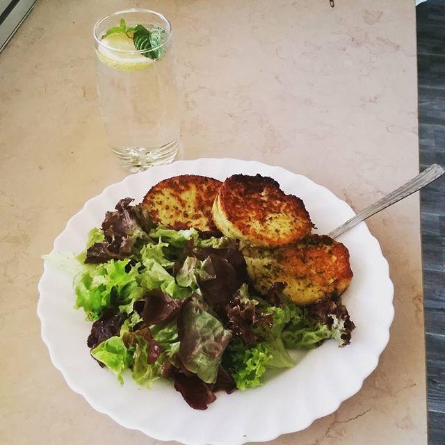 Kräutergrillkäse mit salat  #lowcarb #lecker und #gesundessen  #Käse #cheese by christinakleal