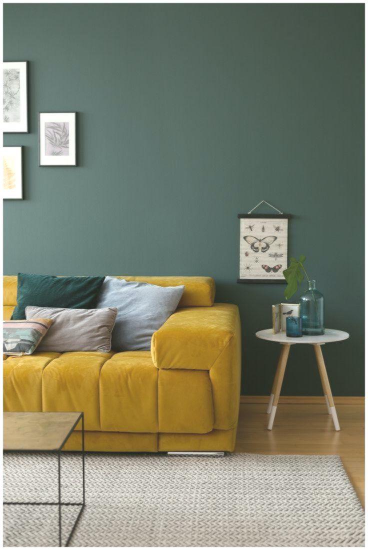 pittura murale verde nel soggiorno con divano in velluto ...