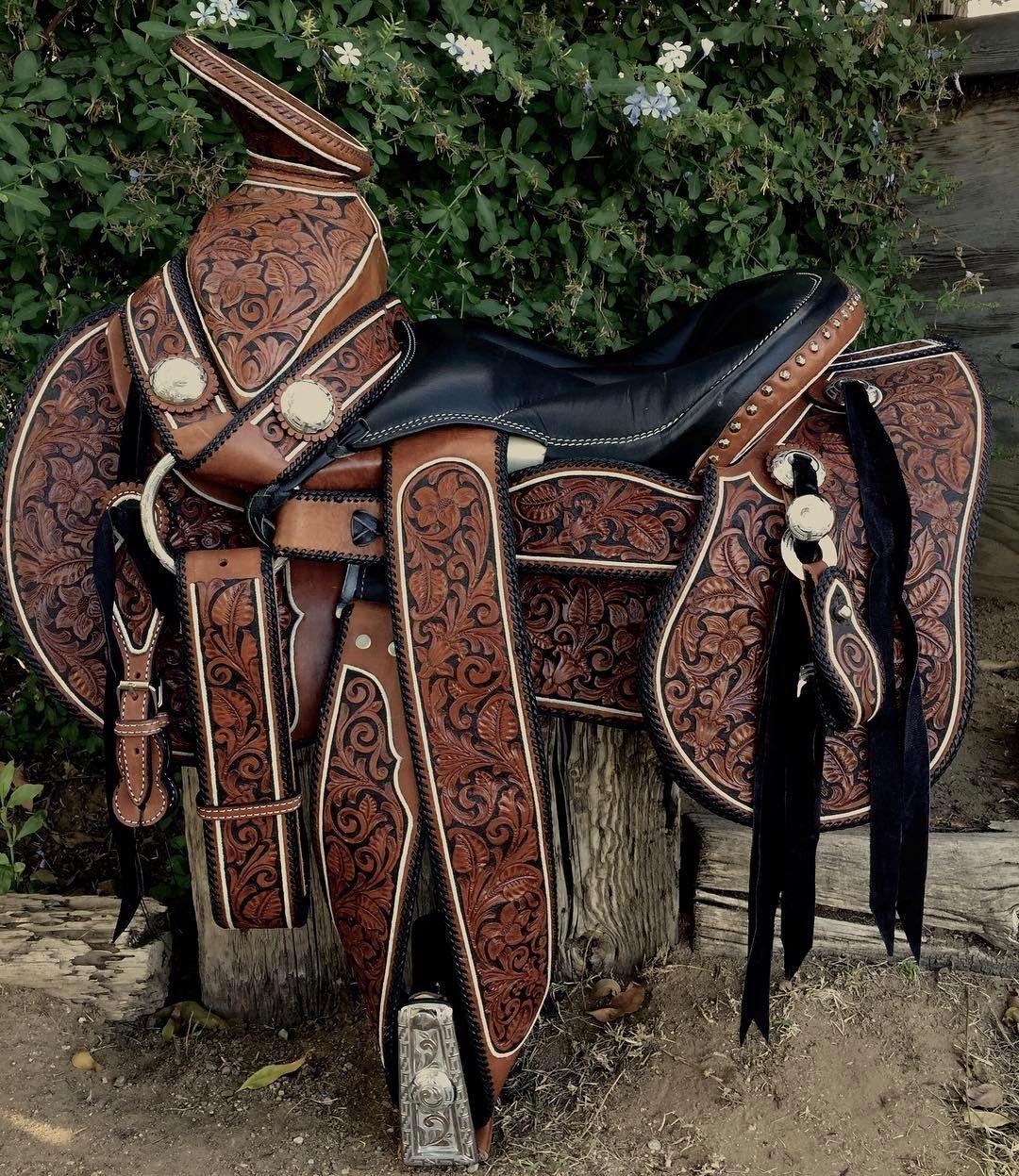 Tenemos est montura cincelada y cordoneada en hilo de for Monturas para caballos