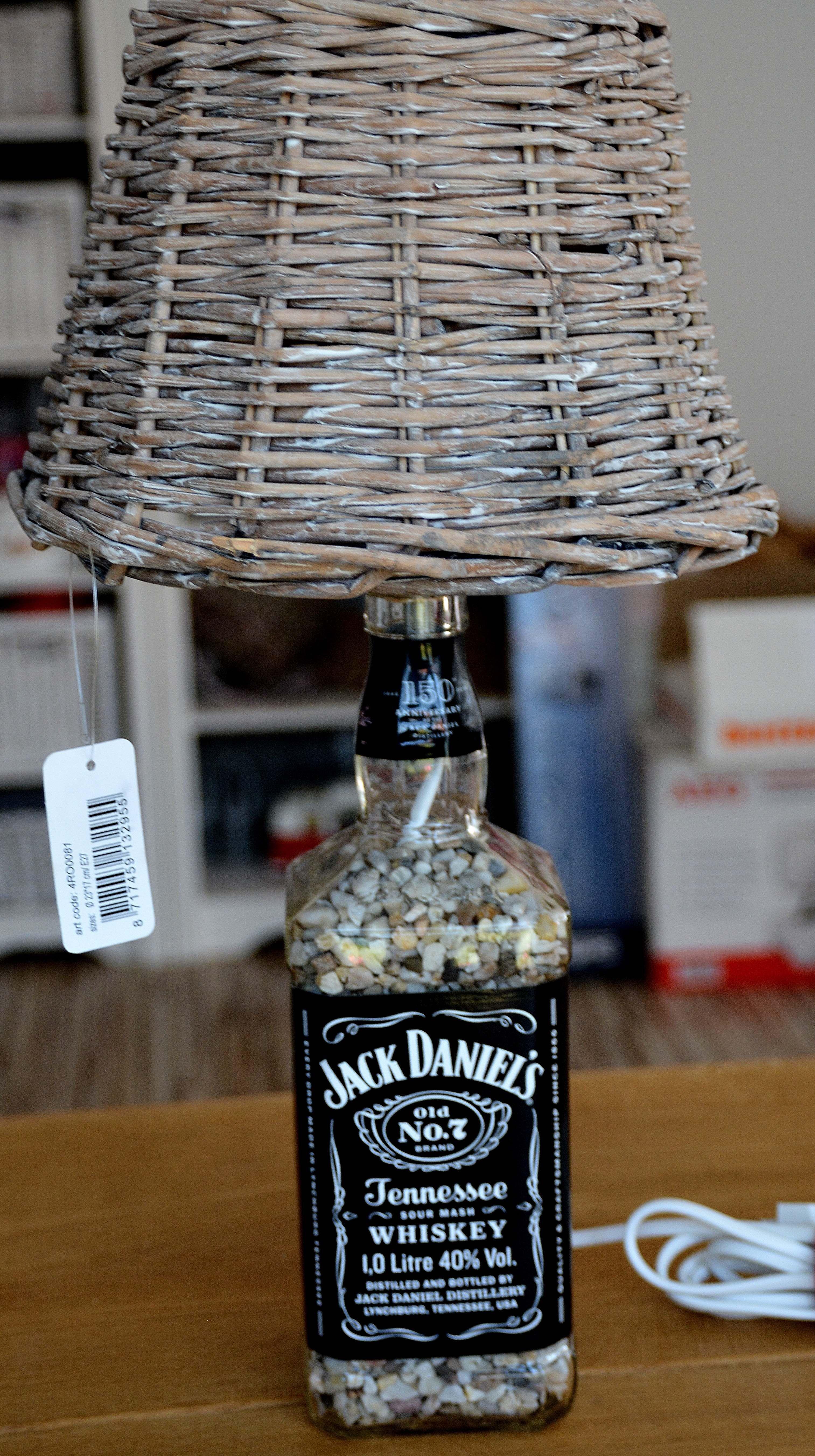 Lampe aus Jack Daniels Flasche mit Weidengeflecht als Schirm