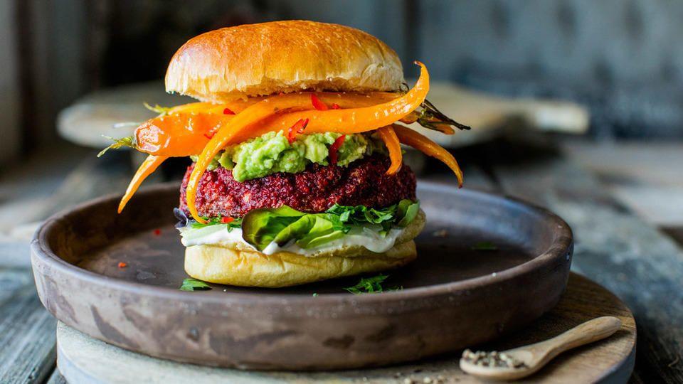 Rødbetburger med avokadokrem og honningbakte gulrøtter