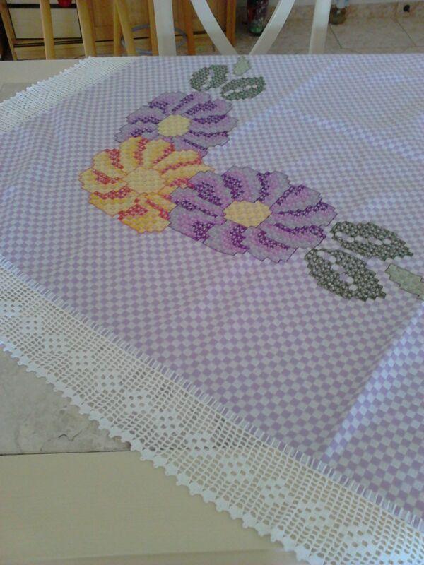 Primeira toalha de mesa em BORDADO ESPANHOL ou BORDADO XADREZ