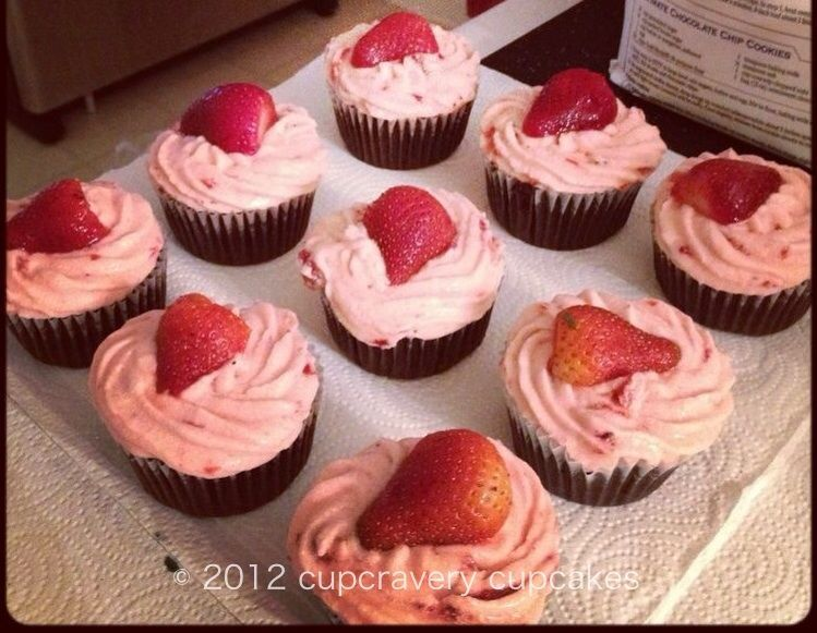 cupcravery cupcakes | flavor bomb cupcakes | dark chocolate cupcakes with strawberry buttercream frosting with a yummy cheesecake center