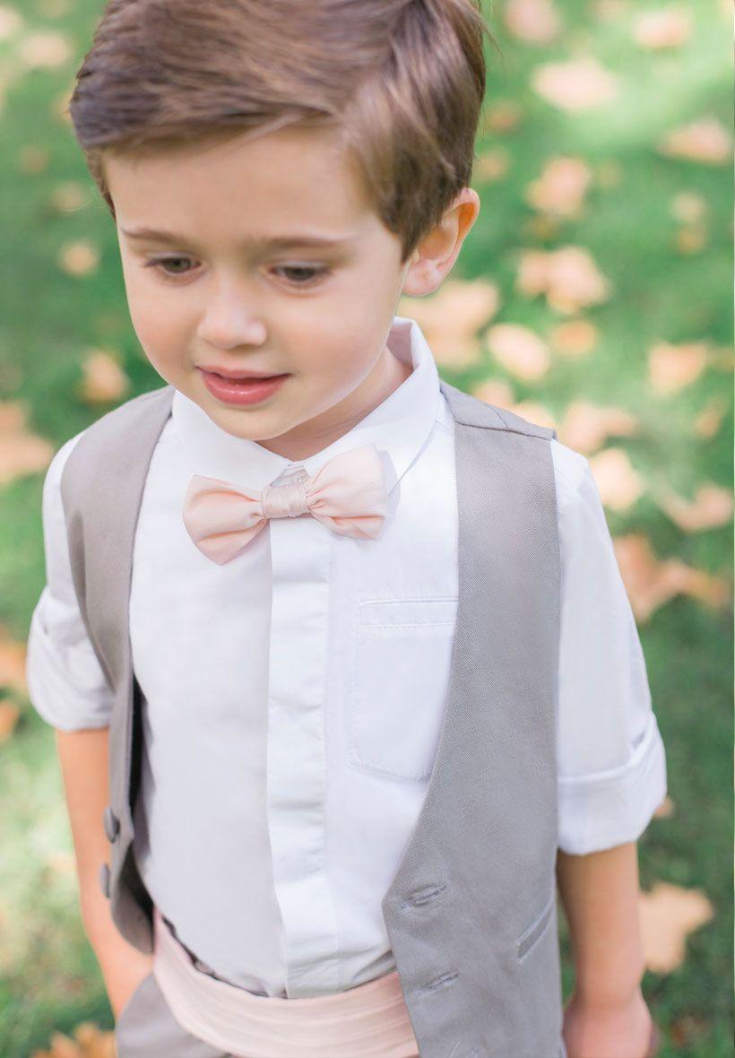 c516beca17b95 Ce charmant garçon d honneur porte notre ensemble gris souris accompagné  d un noeud papillon Roméo rose poudré et d une ceinture Théo assortie