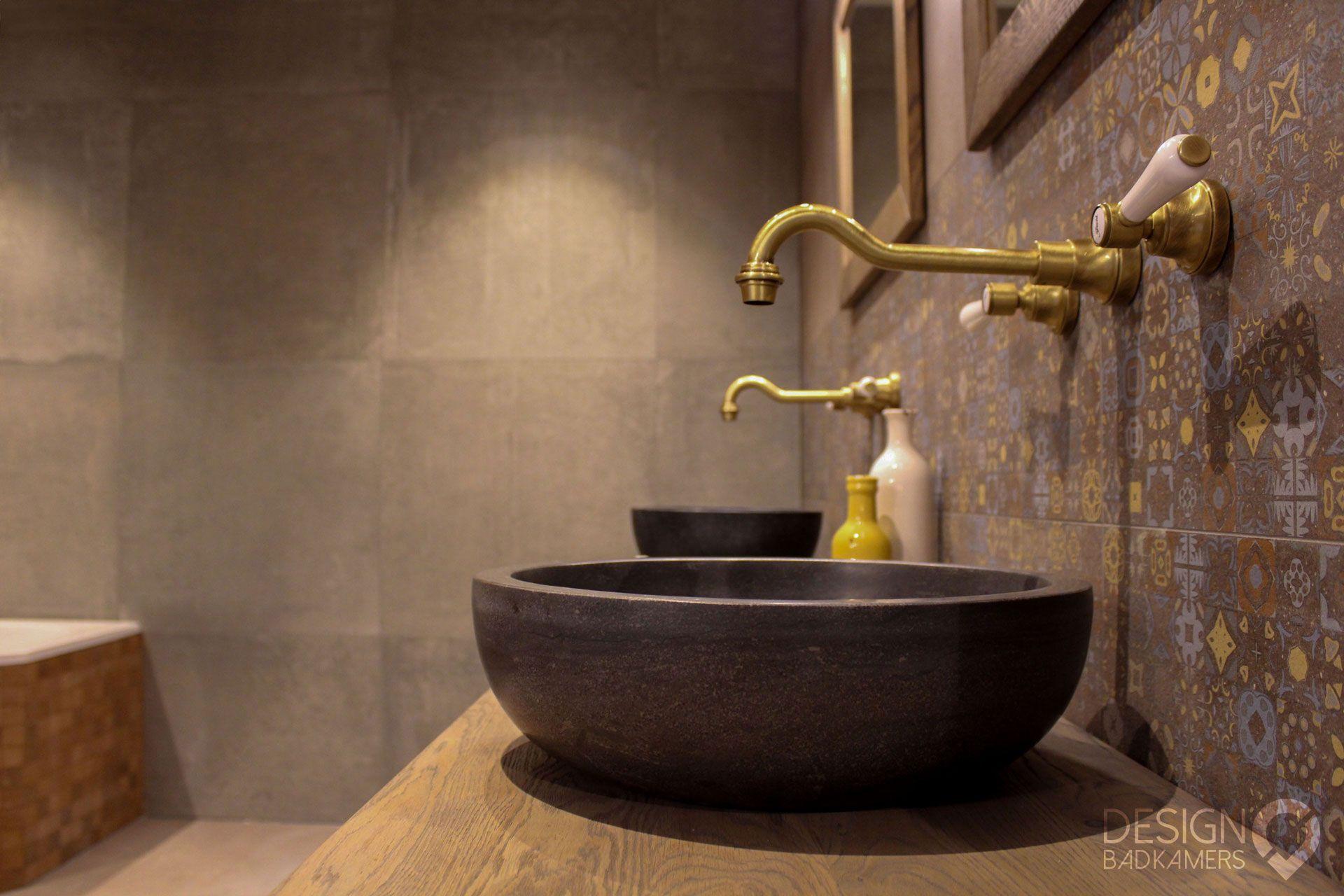 Maatwerk nostalgische badkamer met hoekbad, een strook decor tegels ...