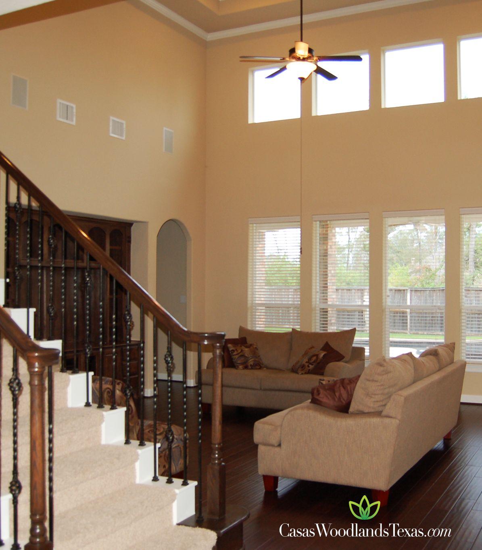 Amplia sala con techo alto y pisos de madera for Decoracion de pisos