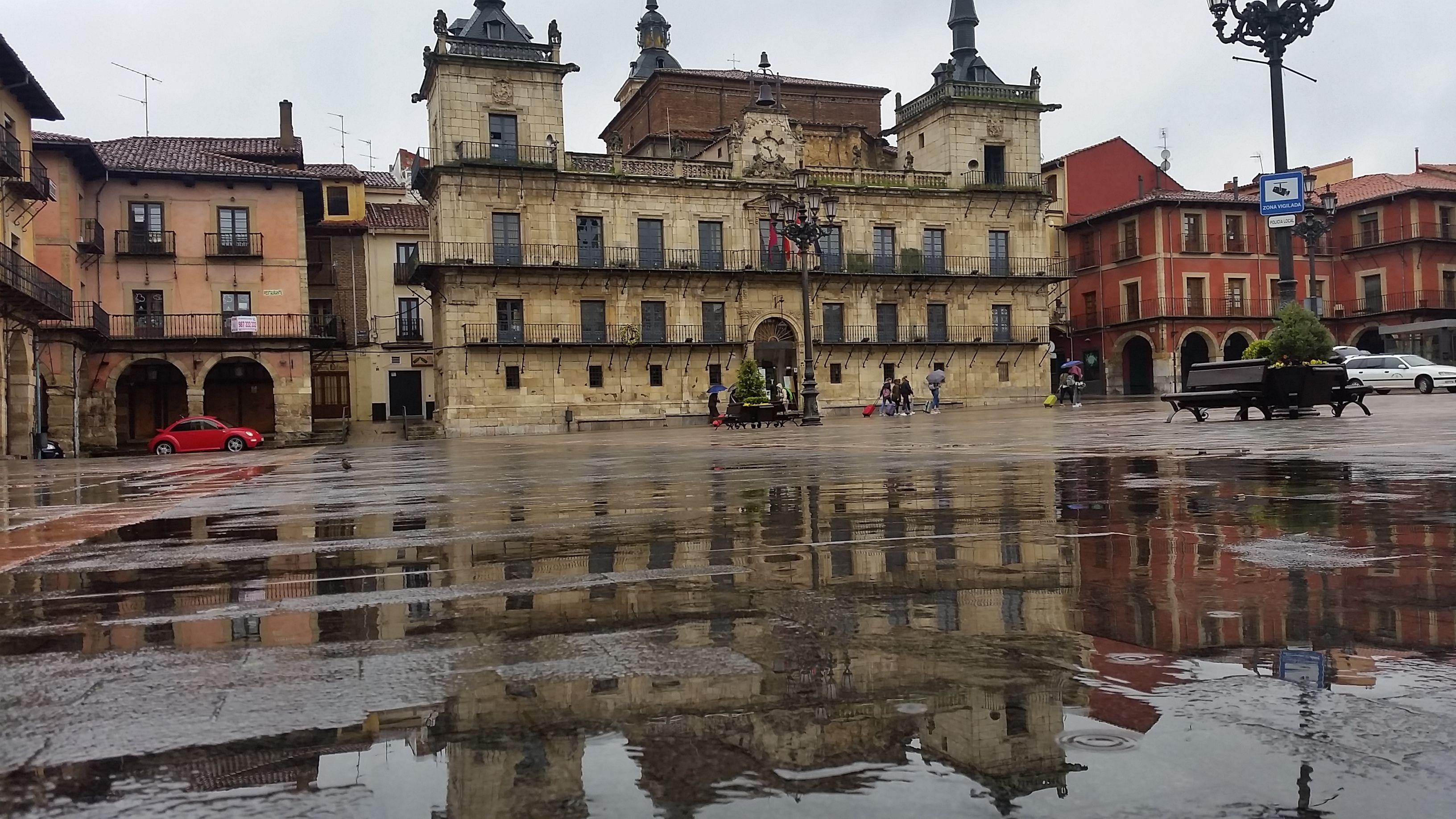Reflejos en la Plaza Mayor de León #leonesp