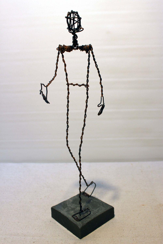 sculpture personnage en fil de fer rouill sur base de ciment petit homme homme qui marche. Black Bedroom Furniture Sets. Home Design Ideas