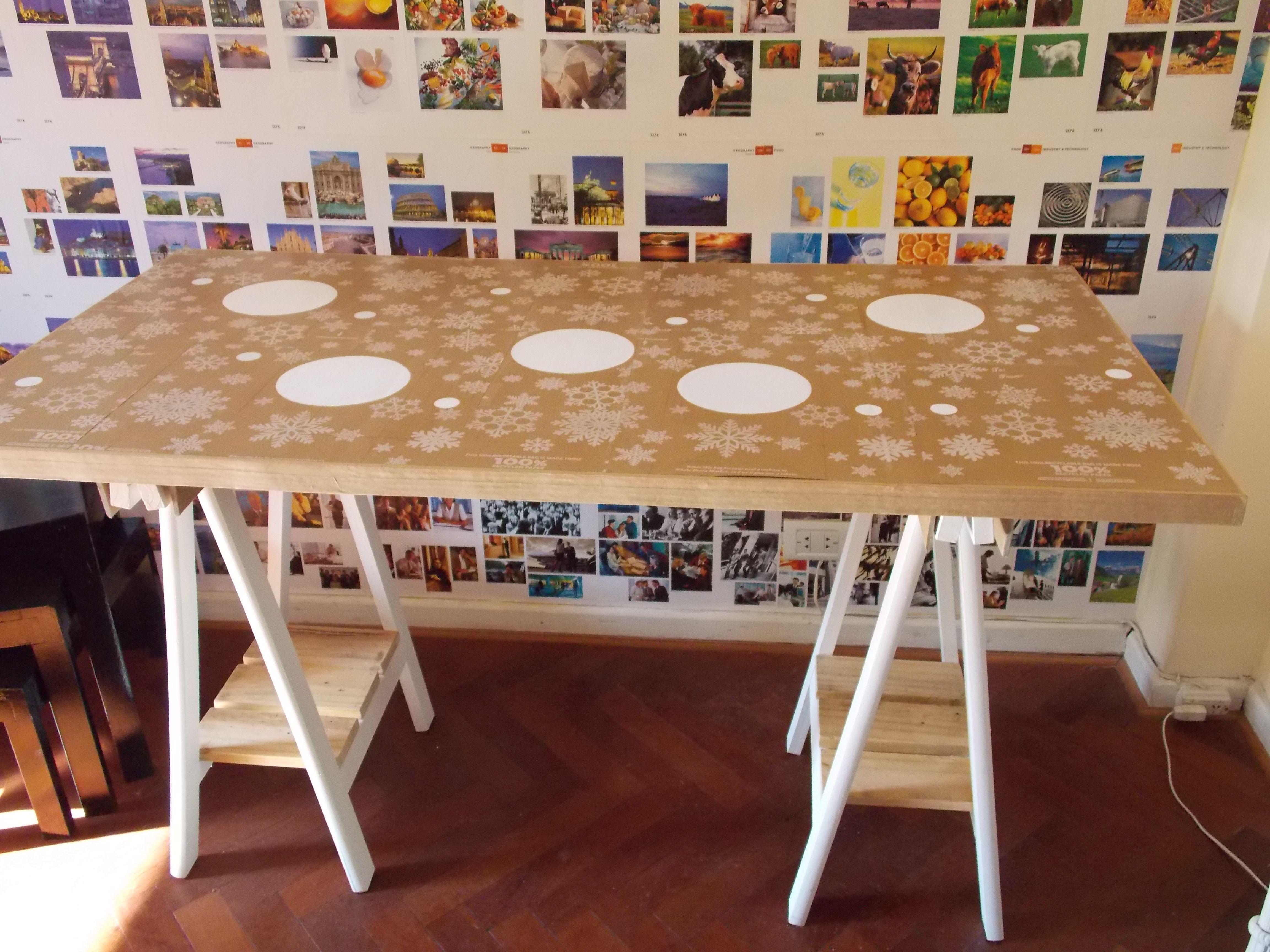Escritorio mesa hecha con caballetes y bolsas de madera reciclables mesas pinterest Caballetes para mesa