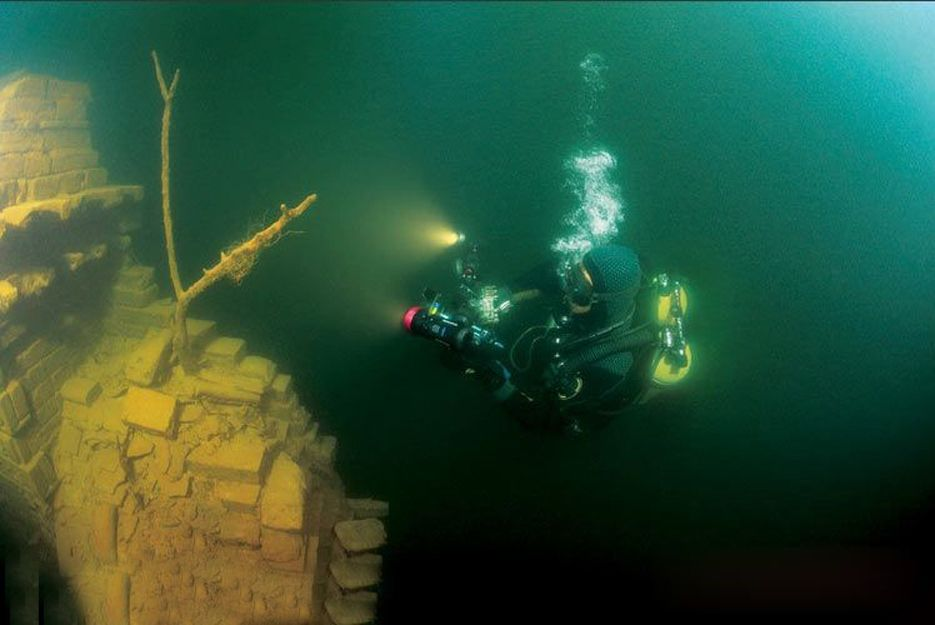 Look 12 Spectacular Shots Of China S Bizarre Underwater City Underwater City Underwater Ruins Underwater