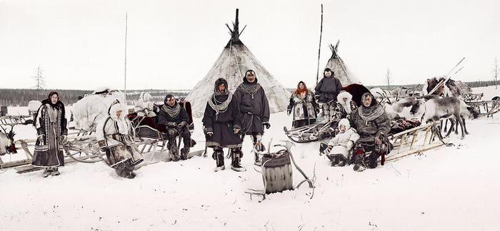 Tribus. Las temperaturas en la Península Yamal oscilan los -50°C en invierno y 35°C en verano. Dicho lugar es la casa de los Nenet, una tribu nómade dedicada a la caza de renos.