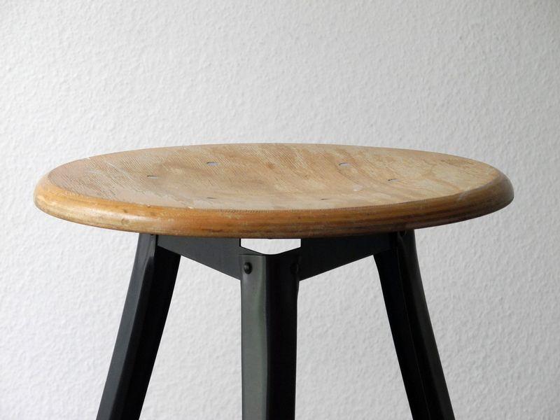 Original 70er dreibein Industrie Bauhaus Hocker  von RetroRaum auf DaWanda.com