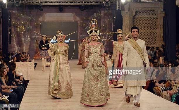 Mallit esittelevät suunnittelija Fahad Hussaynin luomuksia Lahoressa Pakistanin muotisuunnittelun neuvoston hääviikon toisena päivänä 1. lokakuuta 2014 ...