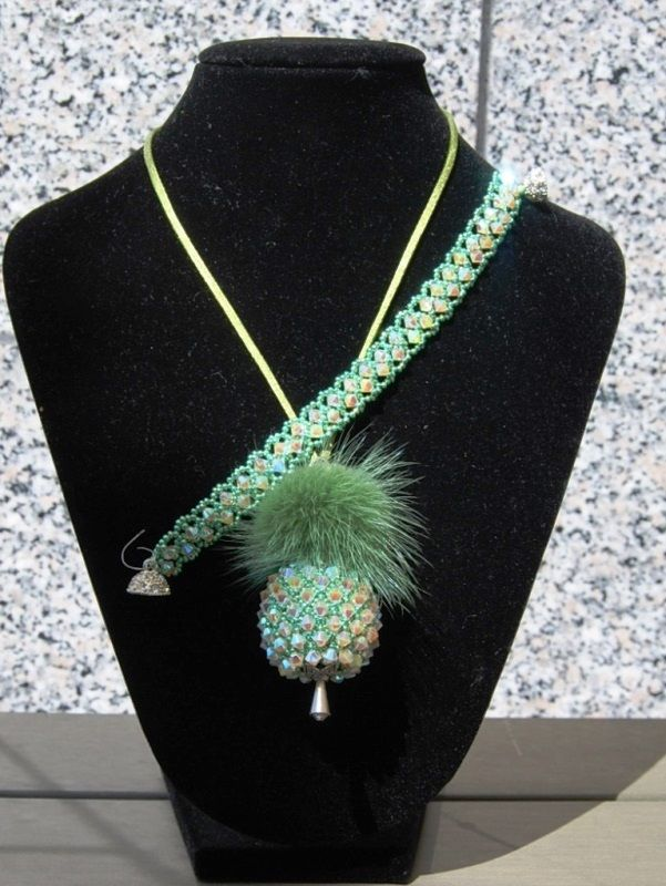 Anhänger Glamourös nach einer Anleitung von Der Perlenstand. Das Armband habe ich mir in einer einfachen Netztechnik dazu gefädelt.