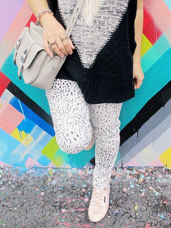 Look da Mandy: calça estampada Hering, tricot de gola rolê e manga curta, tênis Superga rosa de cetim e bolsa cinza. Wynwood, Miami