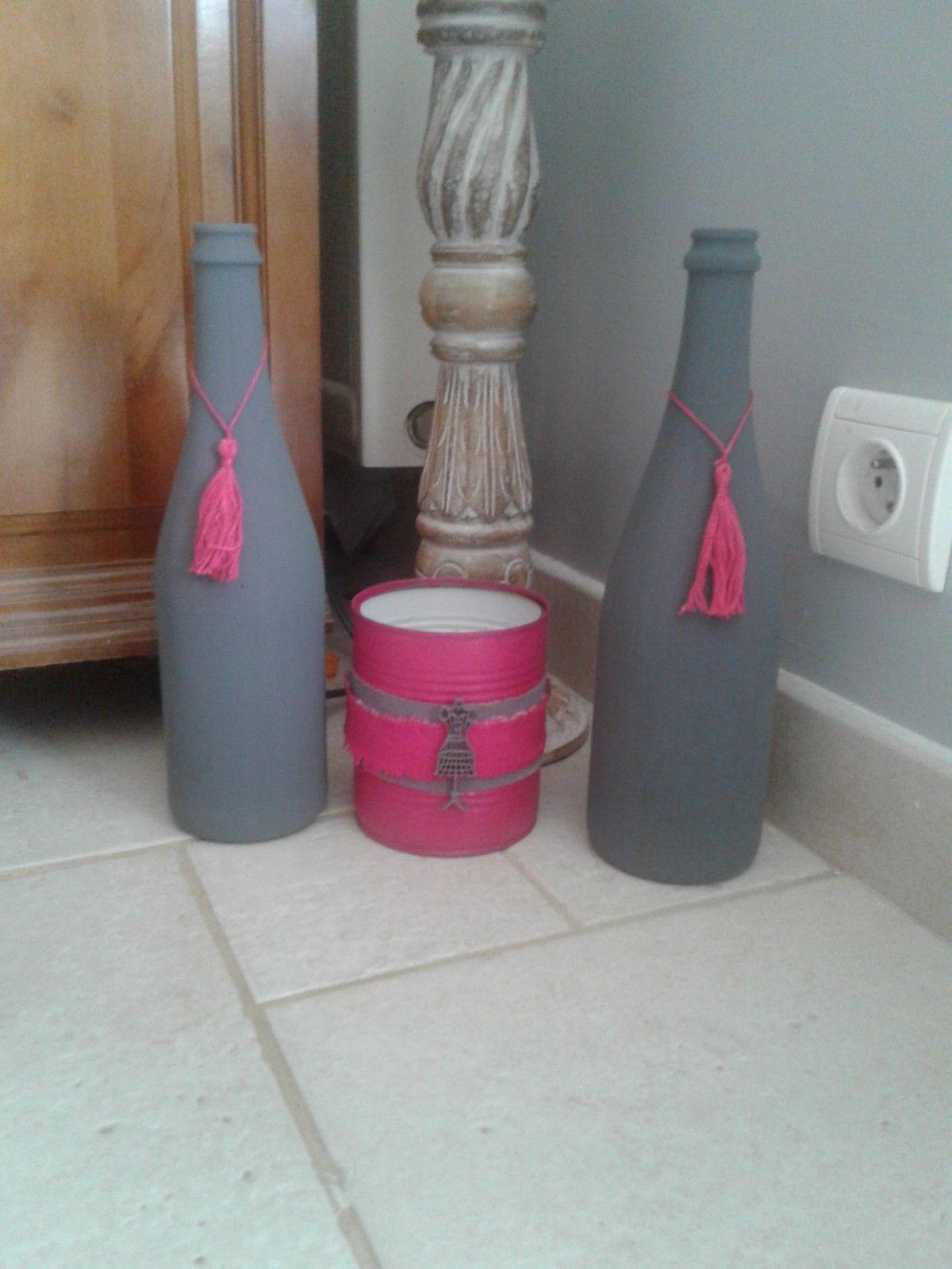 bouteilles peintes avec une peinture sp ciale craie et une boite de conserve relook e d co. Black Bedroom Furniture Sets. Home Design Ideas