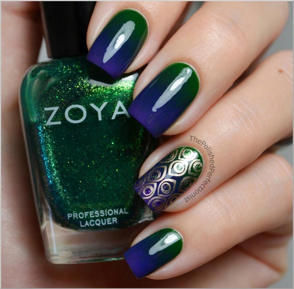 Uñas decoradas con degradado en azul marino y verde (pavoreal ...