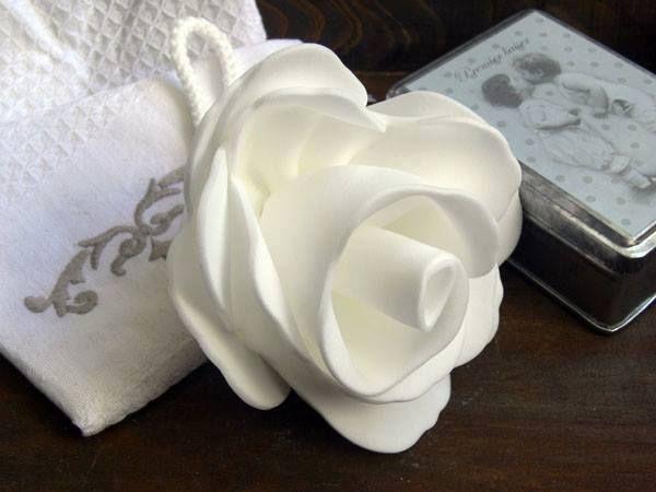 La piel de Mamá merece ser consentida. Regala esta flor de ducha de espuma sintética, que se vuelve suave al contacto del agua,  (Cuando se seca vuelve a su estado original. )