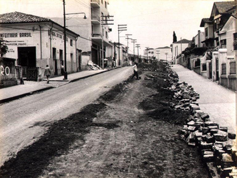 22-11-1958 - Avenida Lins de Vasconcelos no bairro da Vila Mariana, vista das proximidades da rua Vergueiro em direção à avenida Domingos de Morais.